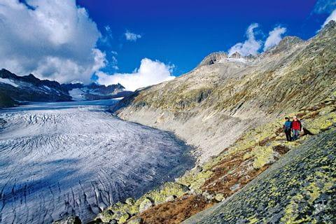 Wanderer bewundern den Aletschgletscher
