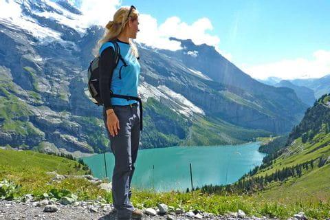 Wanderin vor dem Oeschinensee in der Schweiz