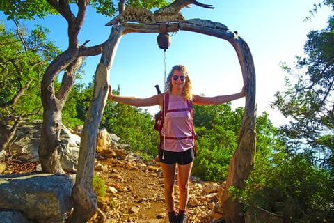 Wanderin am Kuestenweg nach Santa Maria Navarrese