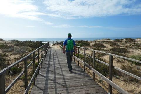 Wanderer am Strandpfad der Algarve Küste