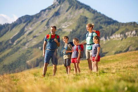 Familie vor Bergkulisse im Salzkammergut