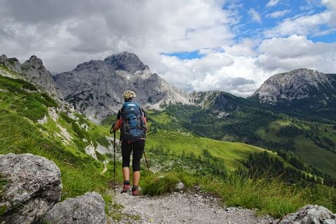 Wanderer am Dachstein Höhenrundweg