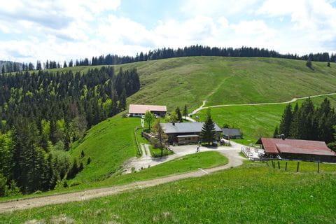 schöne Almlandschaft beim Wandern nach Schliersee
