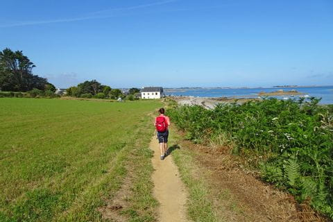 Wandern entlang der Küste mit Blick auf das Meer