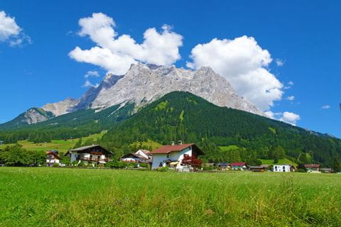 Traumhafte Aussicht vom Wanderweg auf die Zugspitze