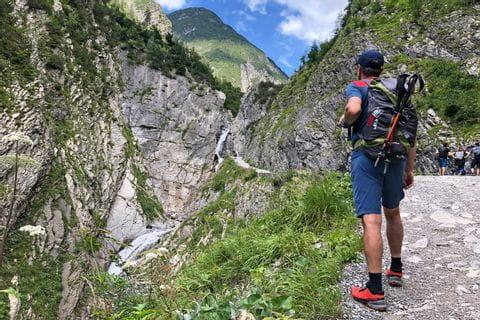 Wanderer am Bergpfad entlang des Lechweg