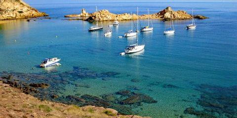 Segelschiffe in der Bucht, Menorca