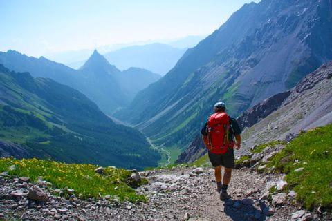 Wanderer auf steinigen Wanderwegen mitten in den Bergen
