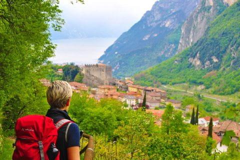 Wanderer mit Panoramablick auf den Gardasee