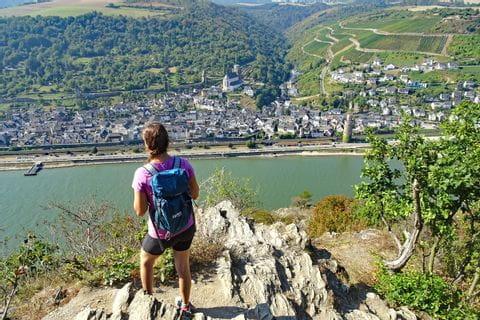 Wanderer mit Blick auf den Rhein