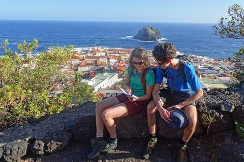 Wanderrast mit Blick auf das idyllische Garachico