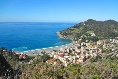 Hiking with views over the ligurian coastline