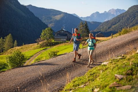 Hikers on the way to the Genneralm