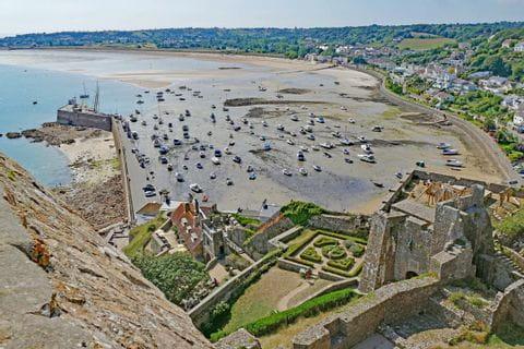 Wanderpanorama auf den Strand und Hafen von Jersey