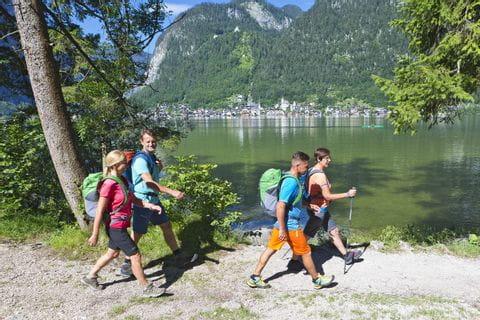 Wanderer am Hallstätter See