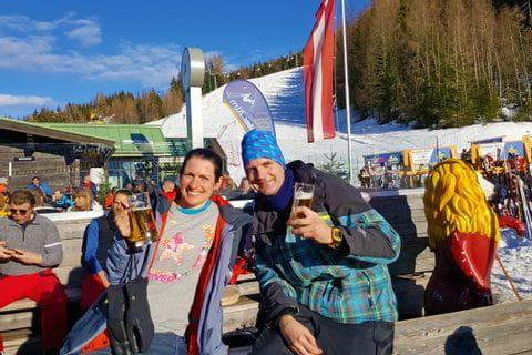 Melanie und Joscha auf der Skihütte
