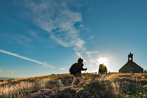 Wanderpfad und ländliches Leben in der Bretagne