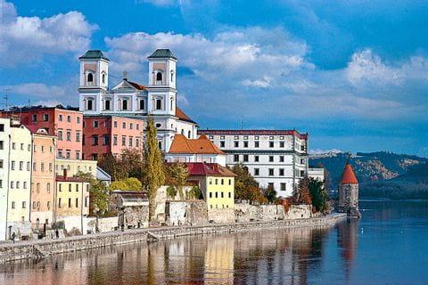 Typisches Dorf an der Donau