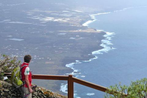 Wanderin blickt auf die Küste von El Hierro