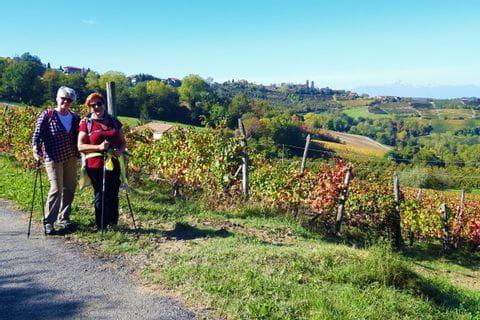 Frau Schreiner und Freundin vor den farbenfrohen Weinreben des Piemont