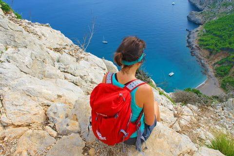 Wanderin an der Küste Mallorcas